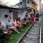 Quán cà phê 'thách thức tử thần', đông nghẹt khách du lịch ở Hà Nội