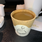 Chuyến bay cho khách uống cà phê và ăn luôn cốc