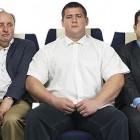 Tranh cãi hai tay vịn của ghế giữa trên máy bay thuộc về ai