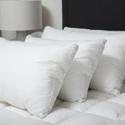 Lý do giường khách sạn phục vụ hai người nhưng có 4 gối