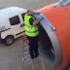Lý do hãng hàng không dùng băng dính sửa máy bay